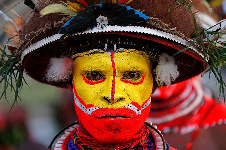 Исполнитель традиционных танцев из горных районов Папуа-Новой Гвинеи в преддверии саммита АТЭС в Порт-Морсби