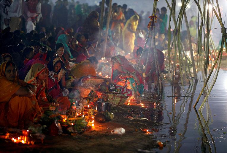 Участники религиозного фестиваля Чхат Пуджи в Ахмадабаде