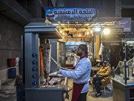 Сирийский беженец работает в ресторане в Александрии, Египет