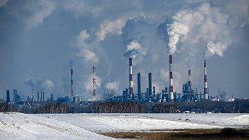 Трубы и вышки сжигания попутного газа Омского нефтеперерабатывающего завода