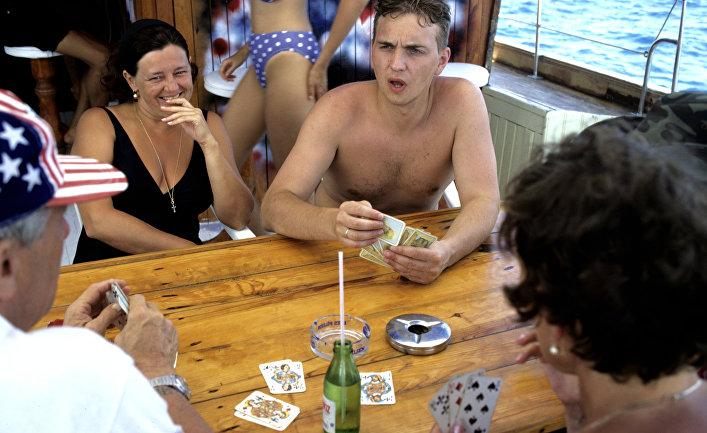 Русские туристы во время прогулки на яхте
