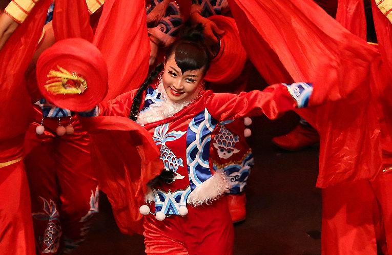 Танцоры из китайской художественной труппы выступают в Кувейте