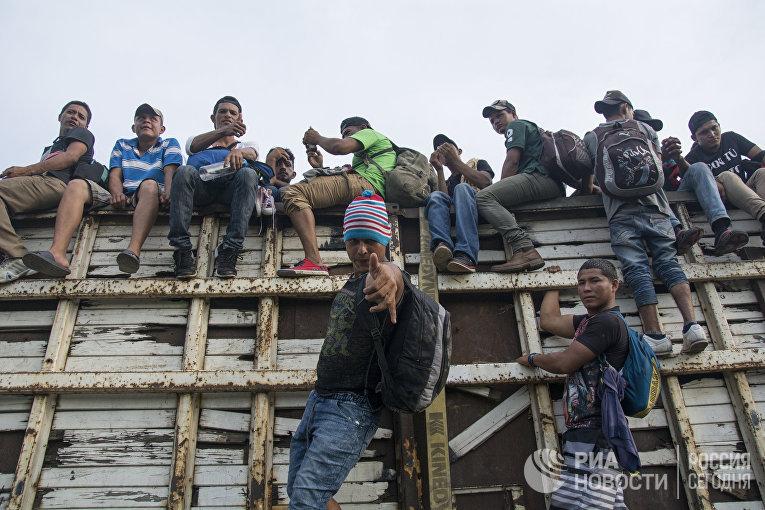 Мигранты из Гондураса, направляющиеся, в составе каравана, по территории Мексики в направлении границы с США