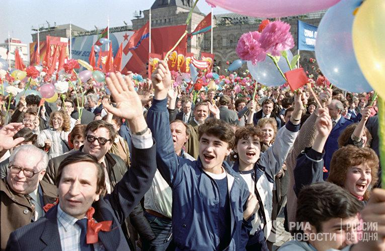 Участники демонстрации на Красной площади в День международной солидарности трудящихся