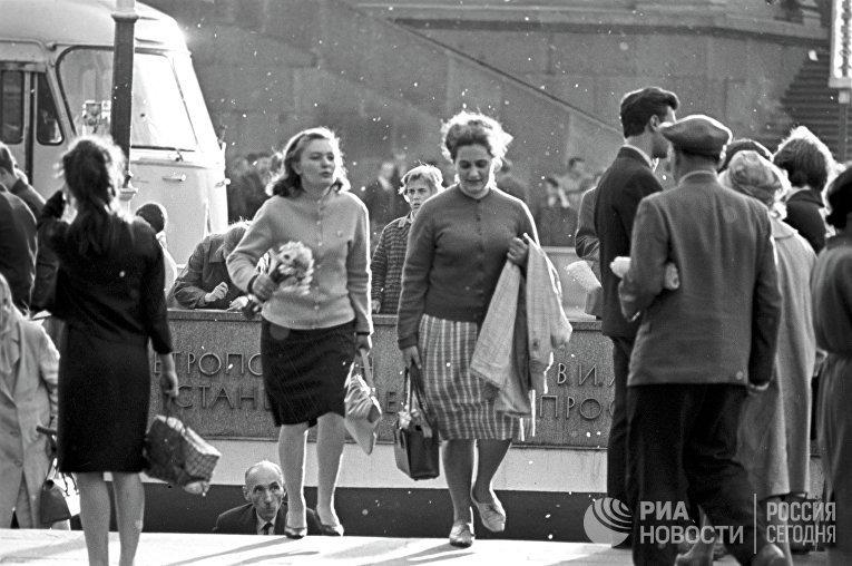 Ленинградки у одного из выходов из метро.