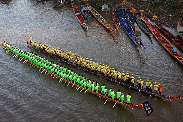 Участники ежегодного фестиваля на реке Тонлесап в Пномпене