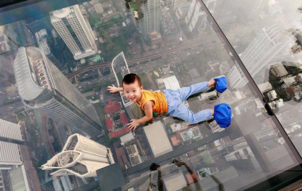 Ребенок на площадке самого высокого небоскреба в Бангкоке