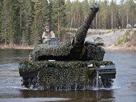 """Датский танк Leopard 2 форсирует реку во время совместных учений войск НАТО Trident Juncture 2018 (""""Единый трезубец"""") в Норвегии"""