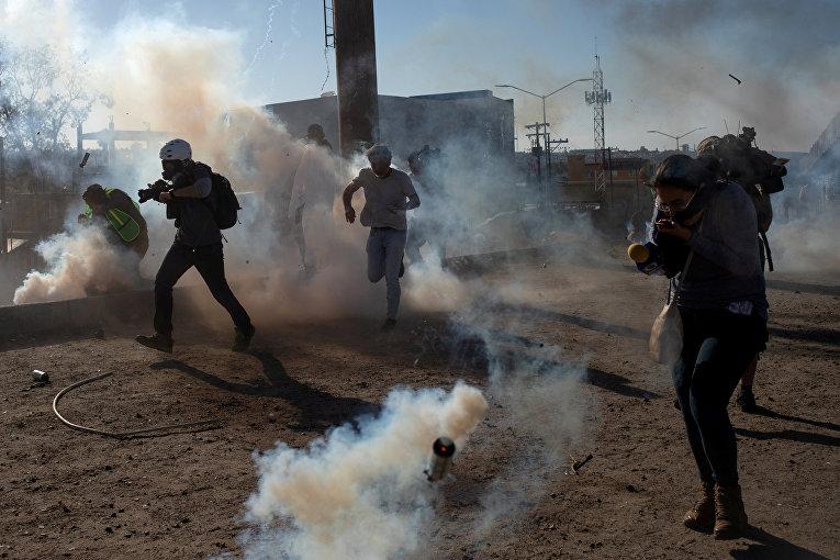 Сотрудники погранично-таможенной службы США применили слезоточивый газ против незаконных мигрантов на границе США и Мексики