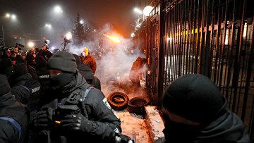 Участник акции у здания посольства РФ в Киеве