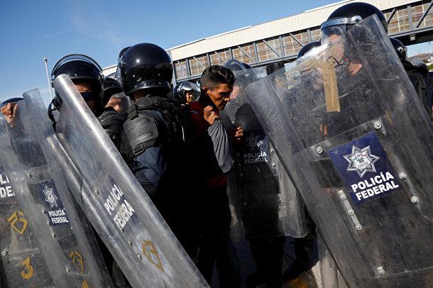 Полиция контролирует потоки мигрантов в Тихуане, Мексика