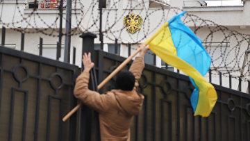 Участник акции протеста у консульства России в Одессе