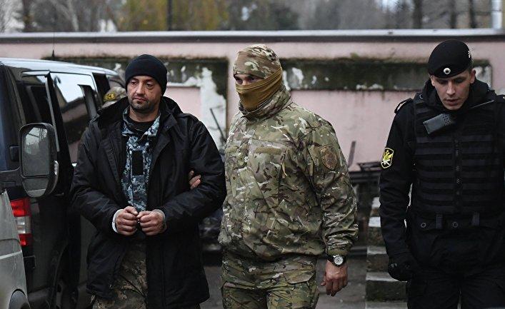 Один из задержанных моряков с корабля ВМС Украины у Киевского районного суда Симферополя