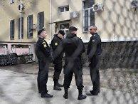 Сотрудники правоохранительных органов у здания Киевского районного суда Симферополя