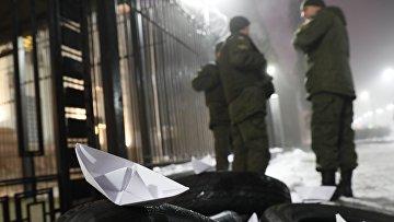 Бумажный кораблик во время акции протеста перед посольством России в Киеве