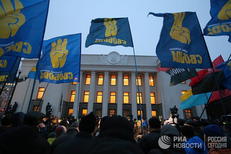 """Сторонники украинской националистической партии """"Свобода"""" проводят митинг возле Верховной рады с требованием принятия введения военного положения в Украине. 26 ноября 2018"""