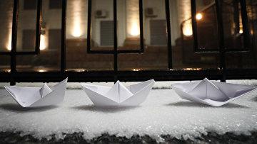 Бумажные кораблики во время акции протеста перед посольством России в Киеве
