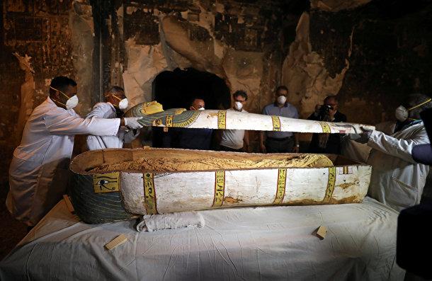 Археологи вскрывают древний саркофаг внутри гробницы в Луксоре