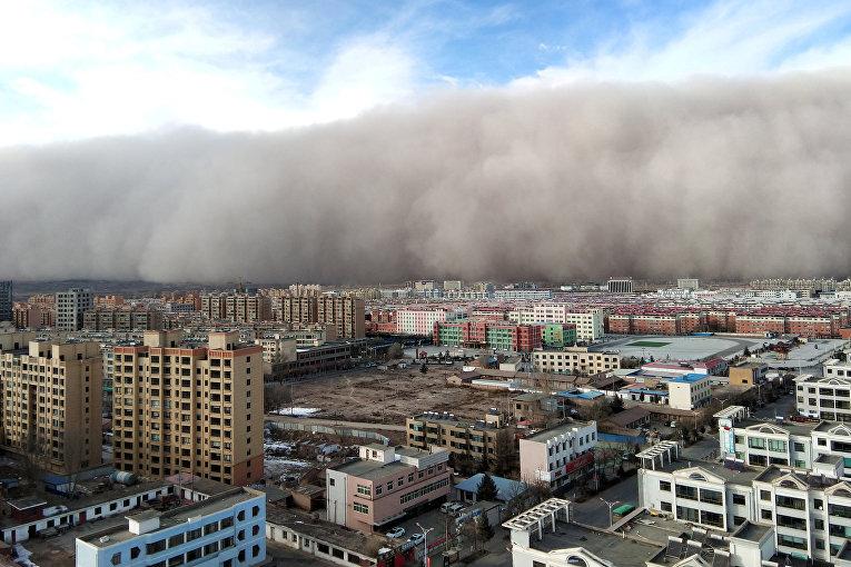 Песчаная буря обрушилась на город Чжанъе в провинции Ганьсу