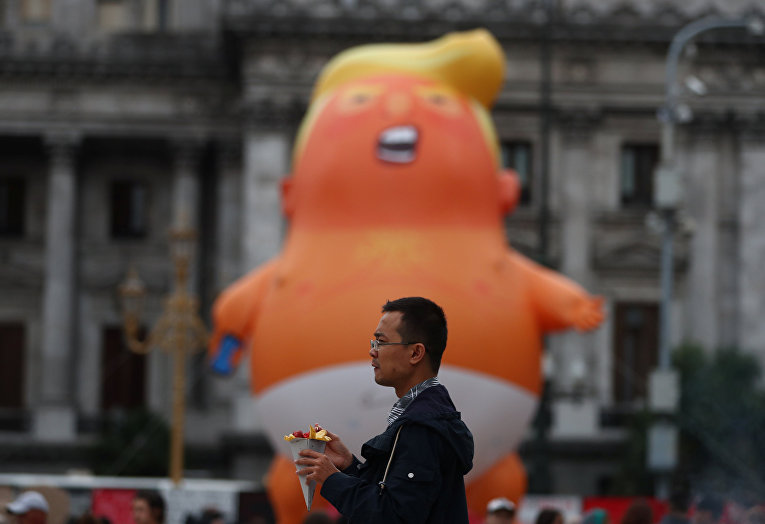 29ноября 2018. «Малыш Трамп» уздания парламента вБуэнос-Айресе впреддверии саммита Большой двадцатки