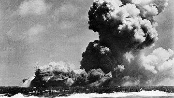 Американский авианосец Уосп после попадания торпед от японской подводной лодки