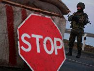 Украинский военный на контрольно-пропускном пункте в селе Чонгар Херсонской области Украины