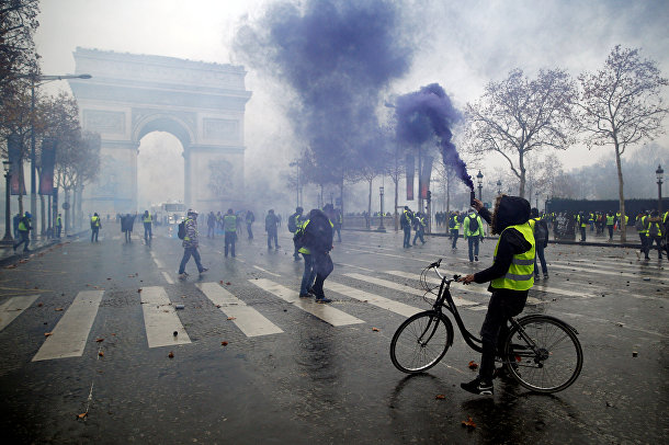Протестующие возле Триумфальной арки в Париже