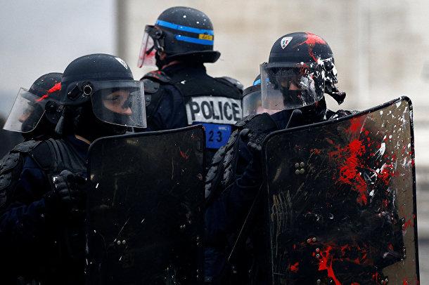 Французские полицейские во время акции протеста в Париже