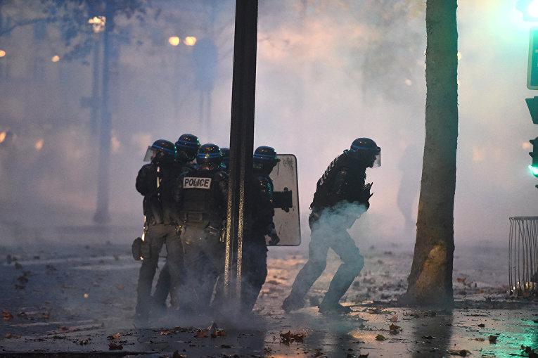 Полиция во время столкновений с протестующими в Париже