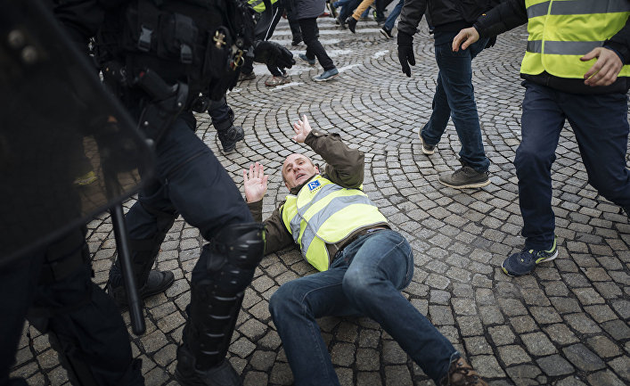 Протестующий во время столкновений с полицией в Париже