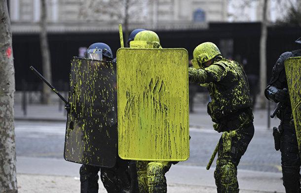 Сотрудники полиции во время столкновений с демонстрантами в Париже