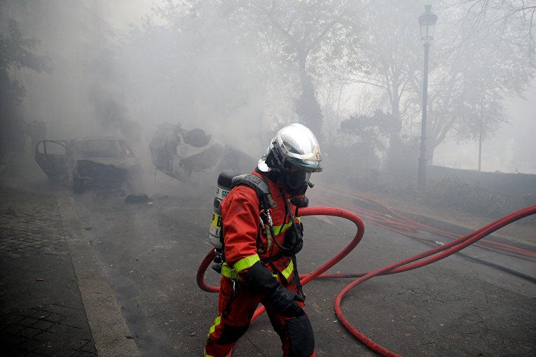 Бригада пожарных во время протестов в Париже