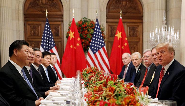 Председатель КНР Си Цзиньпин и члены китайской делегации во время ужина с президентом США Дональдом Трампом в Буэнос-Айресе