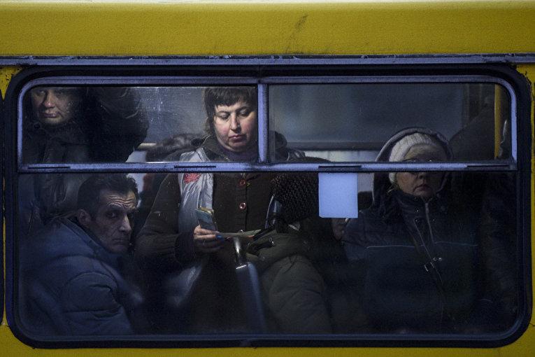 Люди в автобусе в Мариуполе