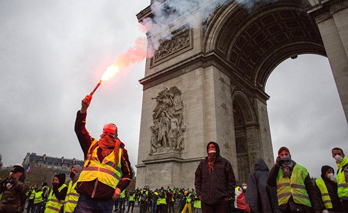"""Акция протеста автомобилистов """"жёлтые жилеты"""" в Париже"""