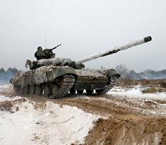 Украинские солдаты во время военных маневров в Черниговской области, Украина