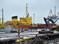 Рабочие в порту Мариуполя