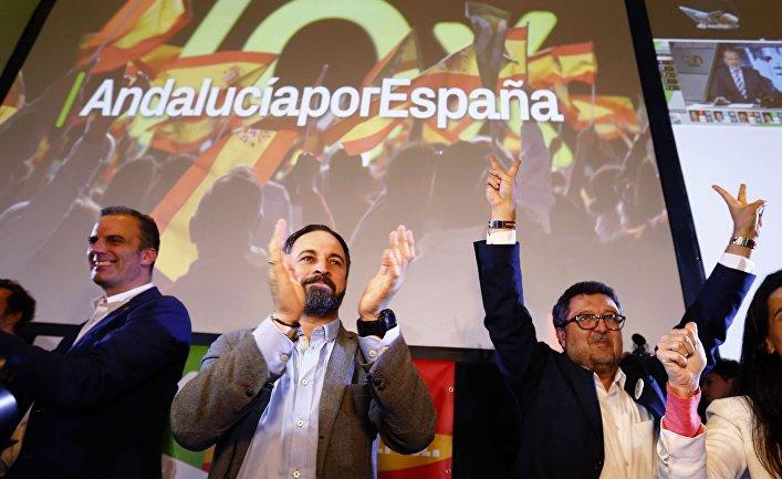 Лидер партии Vox Сантьяго Абаскаль и региональный кандидат Франсиско Серрано радуются ретультатам выборов в Севилье, Испания