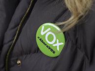Значек сторонника партии Vox во время демонстрации в Мадриде