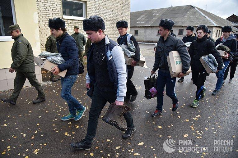 Прибытие призывников в одну из воинских частей Нацгвардии Украины во Львове