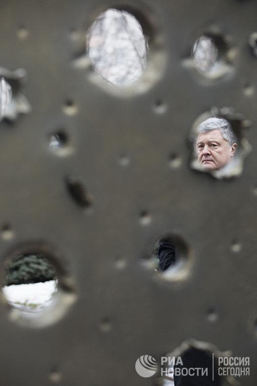 Президент Украины П. Порошенко посетил траурные мероприятия памяти погибших украинских воинов