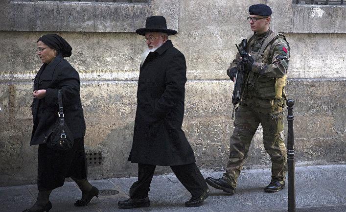 Полиция патрулирует территорию у еврейской школы в Париже