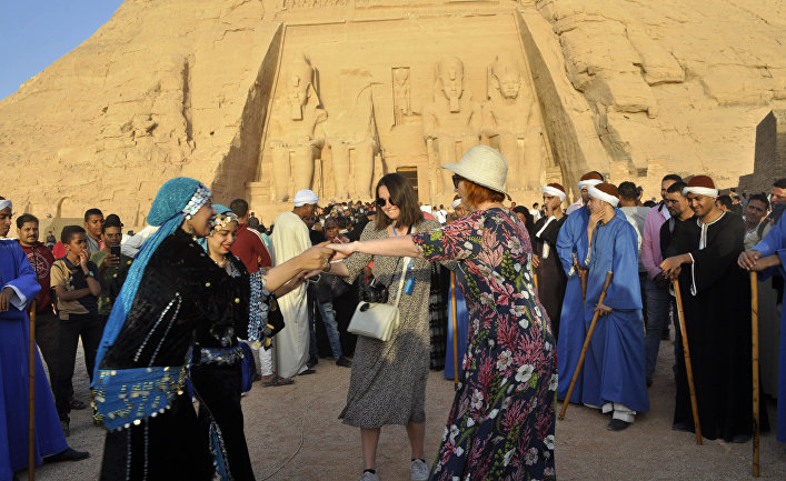 Туристы у храма Абу-Симбел в Египте
