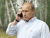 Владимир Путин во время телефонного разговора с президентом РФ Дмитрием Медведевым