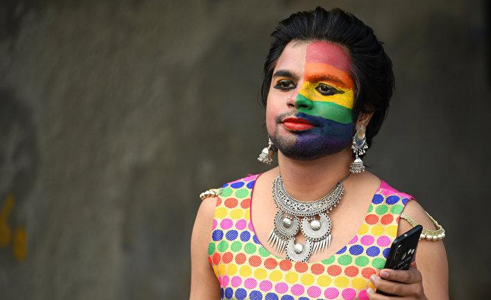 Член ЛГБТ сообщества принимает участие в гей-параде в Нью-Дейли