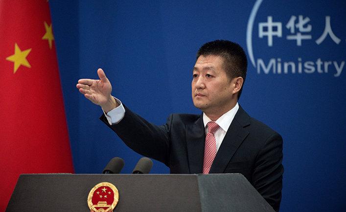Официальный представитель МИД КНР Лу Кан во время пресс-конференции в Пекине