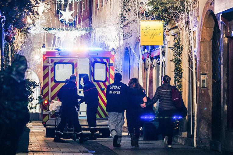 Сотрудники службы спасения на месте стрельбы в Страсбурге