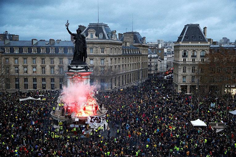 Вид на площадь Республики во время акции протеста «желтых жилетов» в Париже