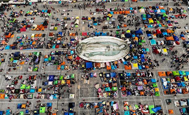 Участники праздника в честь явления Богородицы святому Хуану Диего Куаухтлатоатцину в Мехико