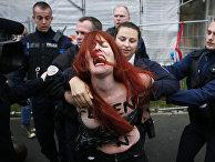Задержание активистки Femen французской полицией в Хенин-Бомон